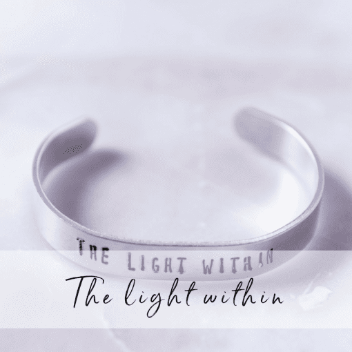 Armband med texten The light within.