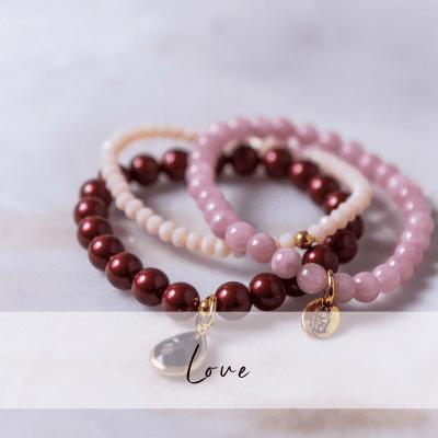 Yogasmycken i form av armbandet Love.